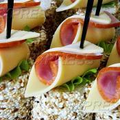 Канапе с роллом из сыра Эдем и ветчины на салате Фризе