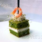 Шифоновый бисквит из микрогрина петрушки, сливочного сыра и королевской креветкой