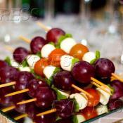 Мини-шашлычки с мини-моцареллой, томатами Черри и розовым виноградом