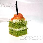 Шифоновый бисквит из микрогрина люцерны, сливочного сыра и слабосолёной форели