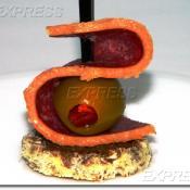Канапе из салями Гурман в сыре Пармезан с оливкой, фаршированной перчиком