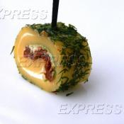 Сырный ролл со сливочным сыром, вялеными томатами и укропом