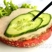 Сэндвич из клюквенной булки с крем-сыром Маскарпоне, бужениной и свежим огурцом