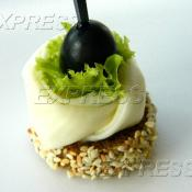 Канапе на чёрном хлебе с лепестком Сулугуни и маслиной