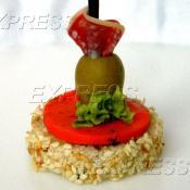 Канапе с сыром Гауда Черри ПЕСТО, оливкой и салями в Пармезане
