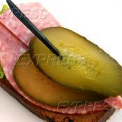 Бутерброд с колбасой с/к и маринованным огурчиком на тостовом хлебе