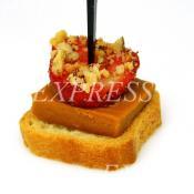 Канапе с норвежским сыром Брюност и клубникой в ореховой панировке
