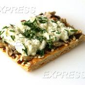 Канапе на зерновом хлебце с муссом из Адыгейского сыра и зелени